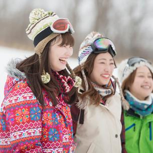 ゲレンデで微笑む若者たちの写真素材 [FYI02876567]