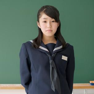 黒板の前に立つ女子学生の写真素材 [FYI02876587]