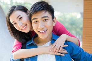 Portrait of happy young coupleの写真素材 [FYI02876602]