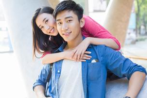 Portrait of happy young coupleの写真素材 [FYI02876613]