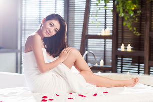 Beautiful young woman relaxing on massage tableの写真素材 [FYI02876884]