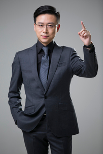 Mid adult businessman pointingの写真素材 [FYI02876989]