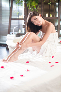 Beautiful young woman relaxing on massage tableの写真素材 [FYI02877033]