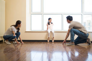 Happy young Chinese family working on home renovationの写真素材 [FYI02877047]