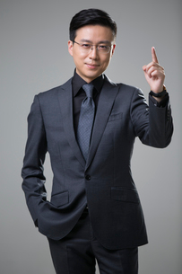 Mid adult businessman pointingの写真素材 [FYI02877095]