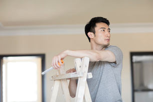Young Chinese man working on home renovationの写真素材 [FYI02877176]