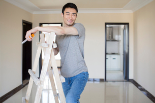 Young Chinese man working on home renovationの写真素材 [FYI02877248]