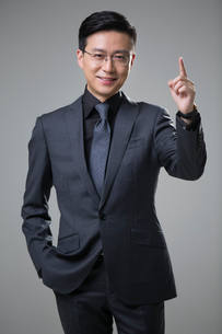 Mid adult businessman pointingの写真素材 [FYI02877329]
