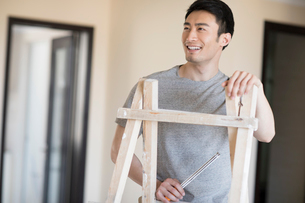 Young Chinese man working on home renovationの写真素材 [FYI02877358]
