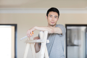 Young Chinese man working on home renovationの写真素材 [FYI02877433]