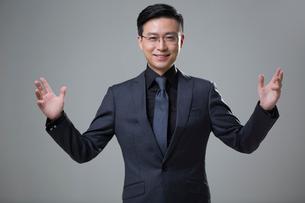 Portrait of mid adult businessmanの写真素材 [FYI02877437]