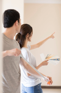 Young Chinese couple working on home renovationの写真素材 [FYI02877553]
