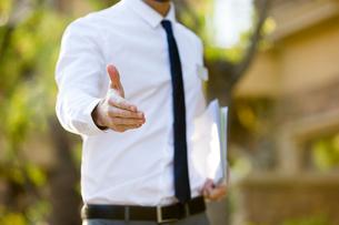 Confident businessman extending hand for handshakeの写真素材 [FYI02877592]