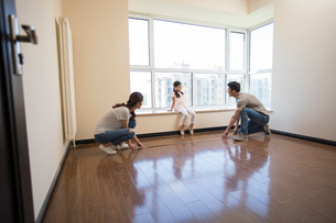 Happy young Chinese family working on home renovationの写真素材 [FYI02877639]
