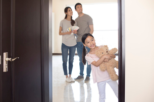 Happy young Chinese family working on home renovationの写真素材 [FYI02877712]