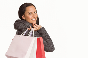 Smiling woman holding shopping bagの写真素材 [FYI02877939]