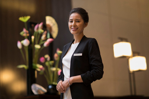 Portrait of confident Chinese hotel managerの写真素材 [FYI02878370]