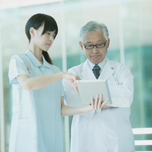 タブレットPCを見る医者と看護師の写真素材 [FYI02878671]