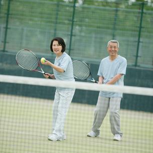 テニスをするシニア夫婦の写真素材 [FYI02878674]