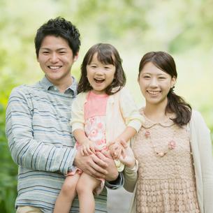 新緑の中で微笑む親子の写真素材 [FYI02878690]