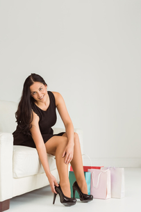 Woman sitting with shopping bagsの写真素材 [FYI02878737]