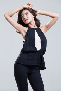 Fashionable young womanの写真素材 [FYI02878995]