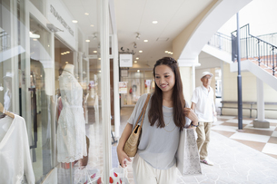 Young woman on a shopping trip.の写真素材 [FYI02879101]