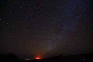 ハワイ島 マウナ・ケア山サドルロードからのキラウェア火山と天の川の写真素材 [FYI02879172]