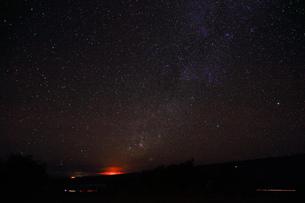 ハワイ島 マウナ・ケア山サドルロードからのキラウェア火山と天の川の写真素材 [FYI02879254]
