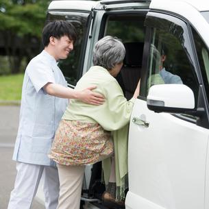 車に乗るシニア女性を支える介護士の写真素材 [FYI02886744]