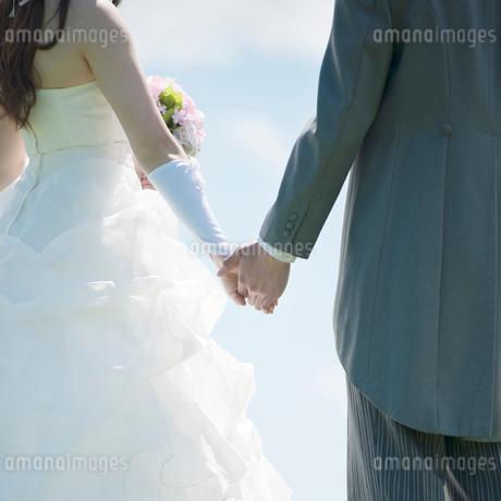 手をつなぐ新郎新婦の手元の写真素材 [FYI02887368]