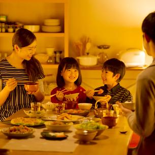 夕食を食べる家族の写真素材 [FYI02887370]