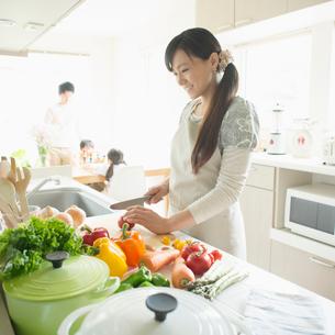 キッチンで料理をする母親の写真素材 [FYI02889589]