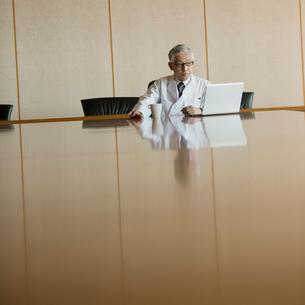会議室でパソコンの画面を見る医者の写真素材 [FYI02889623]