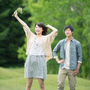 自然の中で微笑むカップルの写真素材 [FYI02889802]
