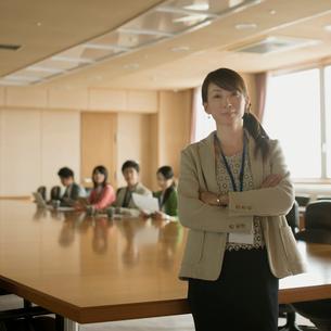 会議室で微笑むビジネスウーマンの写真素材 [FYI02889803]