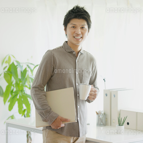 オフィスで微笑む男性の写真素材 [FYI02889805]