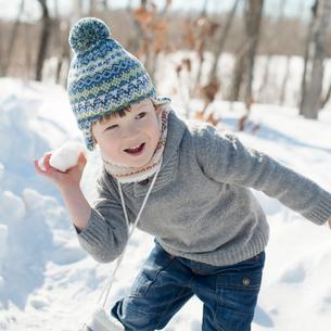 雪合戦をするハーフの男の子の写真素材 [FYI02891446]