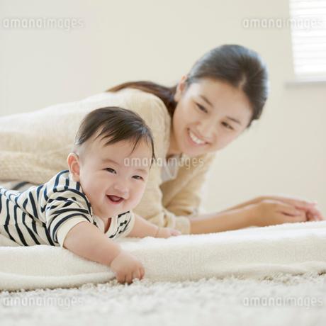 微笑む赤ちゃんと母親の写真素材 [FYI02891459]