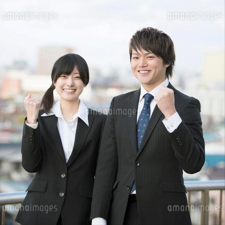 ガッツポーズをするビジネスマンとビジネスウーマンの写真素材 [FYI02891460]
