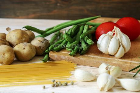 ニンニクと野菜の写真素材 [FYI02893544]