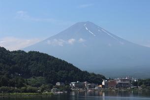 河口湖畔より残雪残る富士を仰ぐの写真素材 [FYI02893552]