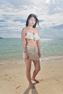 宮古島/ビーチでポートレート撮影の写真素材 [FYI02893719]