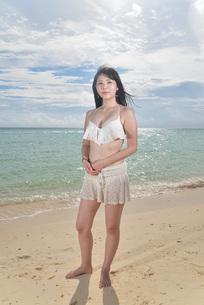 宮古島/ビーチでポートレート撮影の写真素材 [FYI02893720]