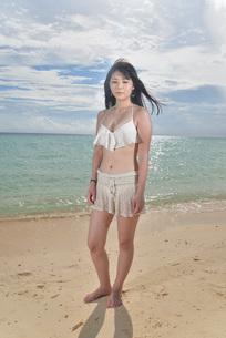 宮古島/ビーチでポートレート撮影の写真素材 [FYI02893721]