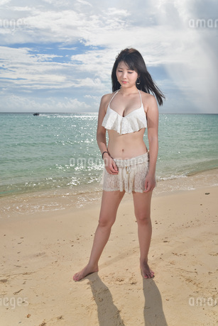 宮古島/ビーチでポートレート撮影の写真素材 [FYI02893725]
