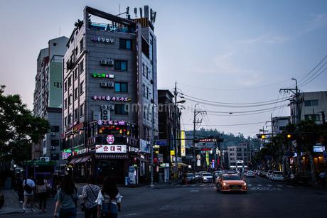韓国、ソウル、ホンデ(弘大)の夕暮れ時の街並みの写真素材 [FYI02893733]