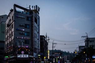 韓国、ソウル、ホンデ(弘大)の夕暮れ時の街並みの写真素材 [FYI02893734]