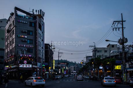 韓国、ソウル、ホンデ(弘大)の夕暮れ時の街並みの写真素材 [FYI02893735]