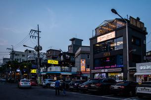 韓国、ソウル、ホンデ(弘大)の夕暮れ時の街並みの写真素材 [FYI02893736]